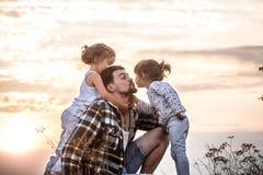 Tata bawić się z dwa małymi ślicznymi córkami obraz stock