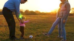 Tata bawić się z dziećmi w piłki nożnej piłce na polu i ono uśmiecha się Rodzinny wakacje w wieczór po ciężki dzień pracy dziewcz zbiory wideo