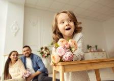 Tata daje jego córce flowers/ obraz stock