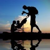 Tata fotografować ich dzieci Zdjęcie Royalty Free