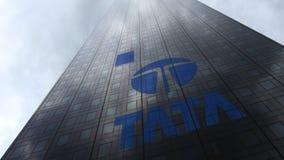 Tata Group-embleem op een wolkenkrabbervoorgevel die op wolken wijzen Het redactie 3D teruggeven Stock Foto