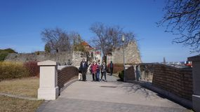 Tata Hungary 03 04 2017 Toeristen kruist de kleine brug naast Tata Castle royalty-vrije stock foto