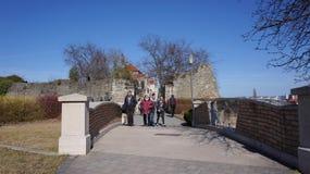 Tata Hungary 03 04 2017 turistas cruza el pequeño puente al lado de Tata Castle foto de archivo libre de regalías