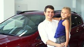 Tata i córka na jego ręka stojaku na tle samochód zbiory