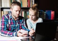 Tata i córka uczy się wpólnie na laptopie obraz stock