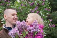 Tata i dziecko w ogródzie Zdjęcie Royalty Free