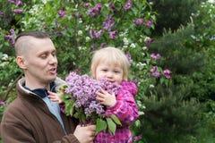 Tata i dziecko w ogródzie Zdjęcia Royalty Free