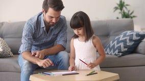 Tata i mały córka rysunek z ołówkami bawić się w domu