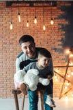 Tata i syn na tle ściana z cegieł Obraz Royalty Free