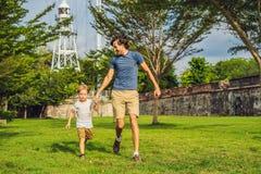 Tata i syn na tle fort Cornwallis w Georgetown, Penang, jesteśmy gwiazdowym fortem budującym Brytyjskim Wschodnim India obraz royalty free