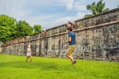Tata i syn na tle fort Cornwallis w Georgetown, Penang, jesteśmy gwiazdowym fortem budującym Brytyjskim Wschodnim India obrazy stock