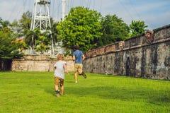 Tata i syn na tle fort Cornwallis w Georgetown, Penang, jesteśmy gwiazdowym fortem budującym Brytyjskim Wschodnim India fotografia royalty free