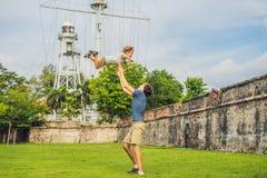 Tata i syn na tle fort Cornwallis w Georgetown, Penang, jesteśmy gwiazdowym fortem budującym Brytyjskim Wschodnim India zdjęcia stock