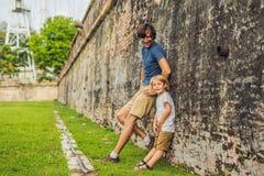Tata i syn na tle fort Cornwallis w Georgetown, Penang, jesteśmy gwiazdowym fortem budującym Brytyjskim Wschodnim India obraz stock