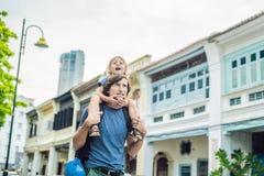 Tata i syn w tle Starzy domy w Starym miasteczku Georgetown, Penang, Malezja obraz stock