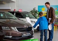Tata i syn wybieramy nowego samochód Zdjęcie Royalty Free