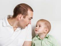 Tata i syna spojrzenie inny przy jeden Fotografia Stock