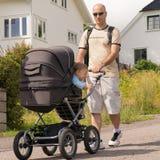 Tata jedzie jego syna w dziecko frachtach Fotografia Royalty Free