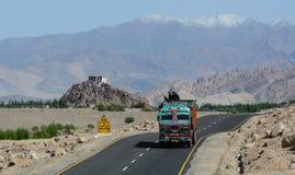 Tata lastbilspring på huvudvägen i Ladakh, Indien arkivbilder