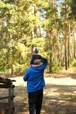 Tata niesie córki na jego ramionach zdjęcie stock