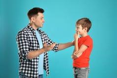 Tata opowiada z jego synem fotografia stock