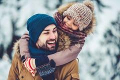 Tata z córką plenerową w zimie Zdjęcia Stock