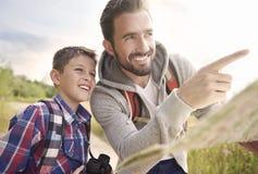 Tata z jego synów rekonesansowymi nowymi miejscami Fotografia Stock