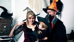 Tata z mamą i ich syn w kapeluszach i Halloween kostiumach zabawę na Halloween Halloween świętowania i przyjęcia pojęcie zdjęcie wideo