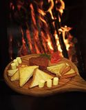 Tatar befsztyk słuzyć w kształcie serce na round drewnianej desce Chleb, grzanka i masło wokoło befsztyka na pokładzie, Obrazy Royalty Free