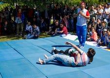 Tatar riem die, kuresh worstelen Traditionele nationale feestdag Sabantuy in het stadspark royalty-vrije stock foto
