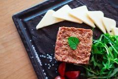 Tatar stek Restaurangmaträttbegrepp arkivfoton