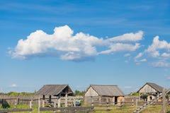 Tatar wioska, stary budynek, buda, trawa, zieleń z, jedzący, jedzący, rosnąć, biega, equestrian, Tatar wioska, Zdjęcia Stock