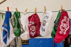 Tatarische und Bashkir weibliche traditionelle Weinlesehüte hängen für Verkauf auf Wäscheklammern auf einem Seil lizenzfreie stockfotografie