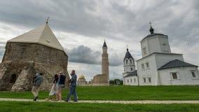Tatarstan, Bulgaars, Rusland, 17 juli 2017 - historische monumenten - het mausoleum en de minaretten van de moskee, tijd-tijdspan stock video
