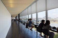 Tate Modern galerii sztuki cukierniany wnętrze z ludźmi i miasto widokiem obrazy stock