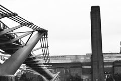 Tate modern met millenniumbrug royalty-vrije stock foto