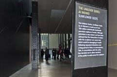 Tate Modernzeichen über Arbeit Künstler Ai-Weiweis. Lizenzfreies Stockbild