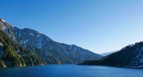 Tateyama Kurobe med blå himmel arkivfoton