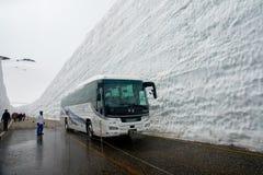Tateyama ? un posto popolare per la parete della neve, Yuki-nessun-Otani I viaggiatori possono camminare fra le pareti della neve immagine stock