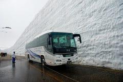 Tateyama ? un posto popolare per la parete della neve, Yuki-nessun-Otani I viaggiatori possono camminare fra le pareti della neve immagini stock libere da diritti