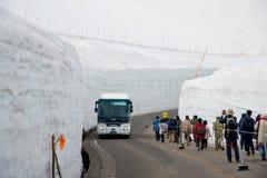 Tateyama ? un posto popolare per la parete della neve, Yuki-nessun-Otani I viaggiatori possono camminare fra le pareti della neve fotografie stock