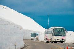 Tateyama ? un posto popolare per la parete della neve, Yuki-nessun-Otani I viaggiatori possono camminare fra le pareti della neve fotografia stock libera da diritti