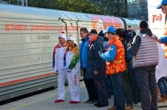 Tatiava Navka och Roman Kostomarov på den olympiska facklarelän i Sochi Arkivbild