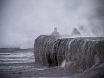 Tatio喷泉有薄雾的剪影 免版税库存图片