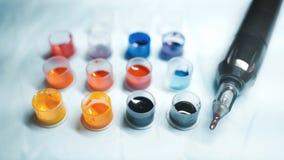 Tatoegeringskanon en wat inkt voor tatoegering royalty-vrije stock fotografie