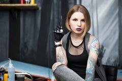 Tatoegeringskunstenaar in een studio Stock Afbeelding