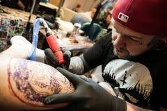 Tatoegeringskunstenaars op het werk Royalty-vrije Stock Afbeeldingen
