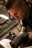 Tatoegeringskunstenaars op het werk Stock Fotografie