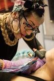 Tatoegeringskunstenaars op het werk Royalty-vrije Stock Foto