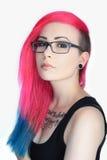 Tatoegeringsmeisje met kleurrijke haar en glazen Stock Afbeeldingen
